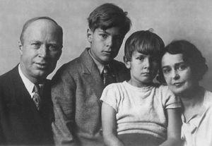 Lina y Serguei Prokófiev, con sus dos hijos