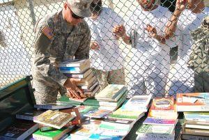 Prisioneros esperando libros en la biblioteca de Guantánamo