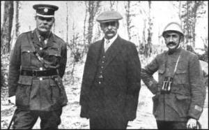 Sir Arthur Conan Doyle (a la izquierda), Robert Donald y un oficial francés, en el frente del Oeste