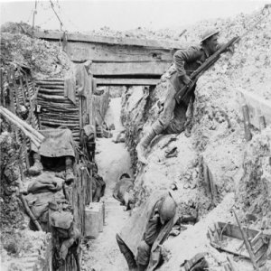 Soldados ingleses ocupando una trinchera alemana durante la batalla de Somme (1916)