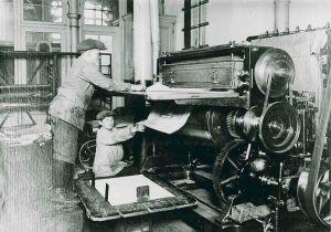 Niños trabajando en una imprenta hacia 1900