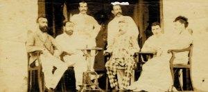 Arthur Rimbaud, el segundo a la izquierda, en el balcón del hotel Univers en Aden, entre 1880 y 1890