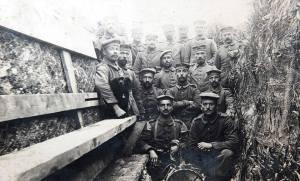 Unos soldados y su mascota en las trincheras  de la Primera Guerra Mundial