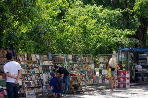 La Plaza de Armas en La Habana, con sus puestos de vendedores de libros