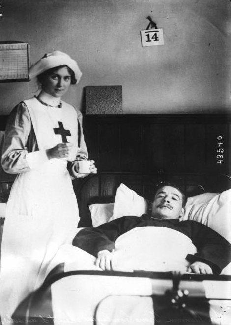 Irene Lawley al cuidado de un soldado belga