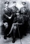 Ralph Hale Mottram (detrás, a la izquierda)