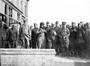 Edith Wharton rodeada de soldados franceses durante su visita en el frente en 1915