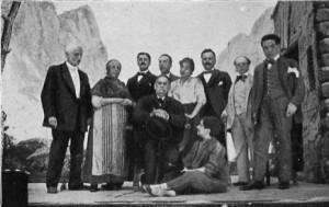 Benito Pérez Galdós rodeado de los hermanos Álvarez Quintero y la tropa de «Marianela» (1916)