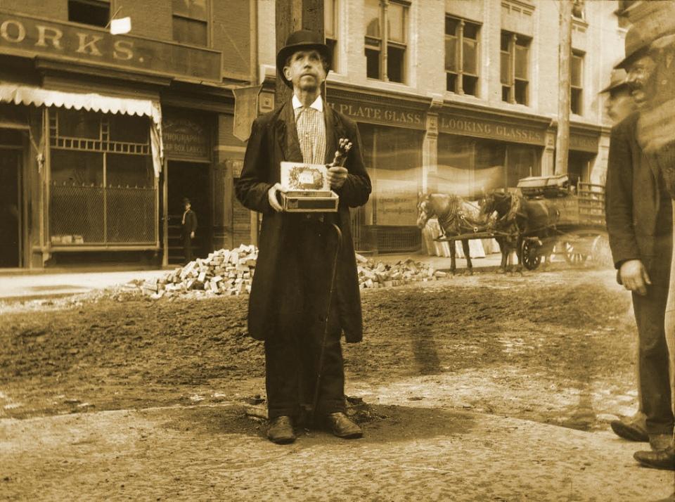 Jacob Riis – Mendigo ciego vendiendo lapices (1890)