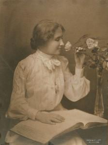 Helen Keller (1880-1968), ciega, sorda y muda, fue la primera persona discapacitada en conseguir un título universitario. Aquí retratada en 1904 por Charles Whitman