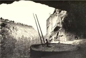 Adolph Francis Alphonse Bandelier – The Delight Makers (1916), El Rito de los frijoles, en la Cueva de las Ceremonias