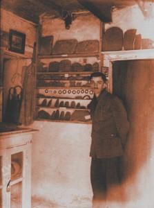 Émile Fradin en su museo en Glozel en los años 1920