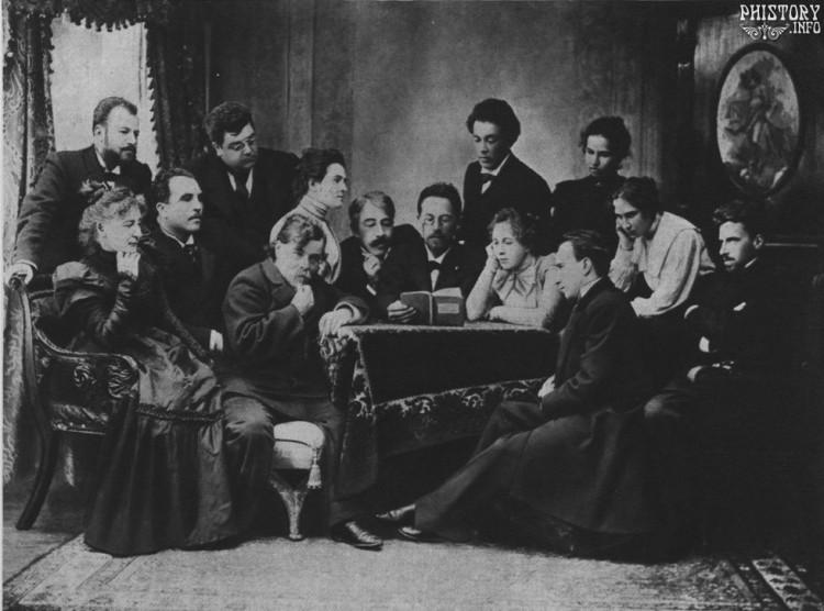 Anton Chejov leyendo «La Gaviota» a los actores del Teatro de Arte de Moscú (1899). Sentado a la derecha del dramaturgo, reconocemos a Konstantín Stanislavski. A la derecha de la foto, sentado con los brazos cruzados, Vsevolod Meyerhold. Al otro extremo, a la izquierda, de pie, vemos a Vladimir Nemirovich-Danchenko, cofundador con Stanislavski del Teatro de Arte.