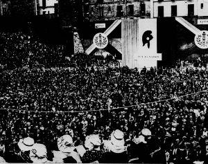 La multitud asistiendo a la representación de «Danton» en París el 14 de julio de 1936