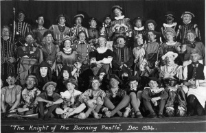 La tropa de Derby School's Old Derbeian Society en The Knight of the Burning Pestle (1934)