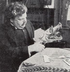 Gilbert Keith Chesterton recortando una figura para su teatro de marionetas
