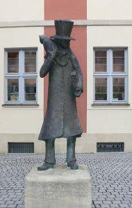 Estatua de E.T.A. Hoffmann delante del teatro de Bamberg (Alemania)